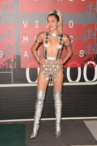 A cantora Miley Cyrus usou vários coordenados ao longo da noite