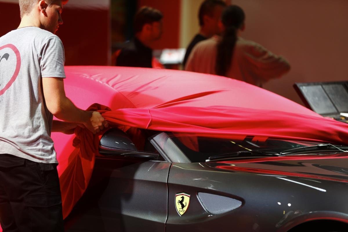 O stand da Ferrari atrai sempre muitos curiosos