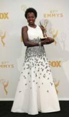 Melhor Actriz foi Viola Davis, tornando-se na primeira afro-americana a vencer um Emmy na categoria principal. Veste Carmen Marc Valvo
