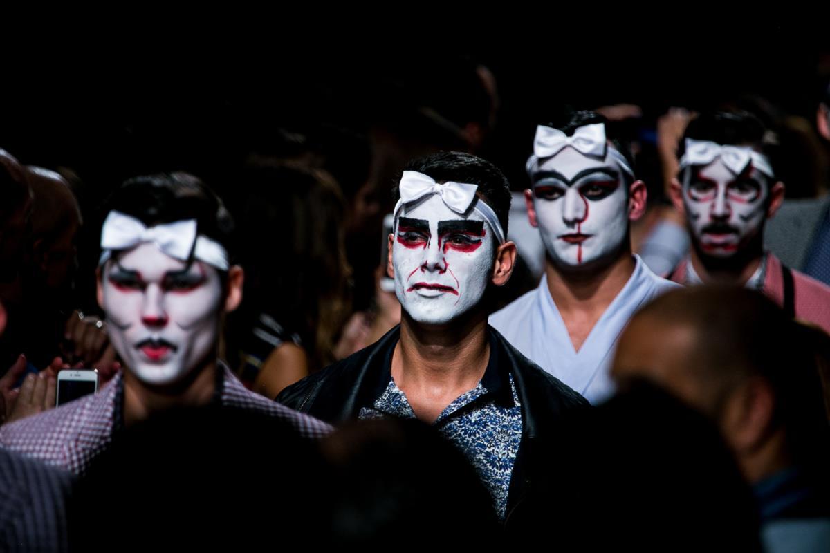 O desfile de Nuno Gama incluiu 96 modelos masculinos, mais praticantes de tai-chi e dois dragões chineses