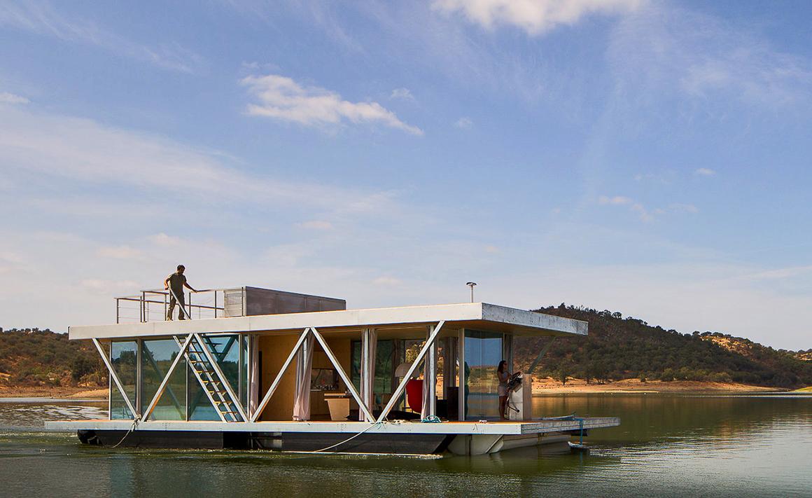 Alqueva tubo de ensaio para casa flutuante inovadora for Recuperar agua piscina verde
