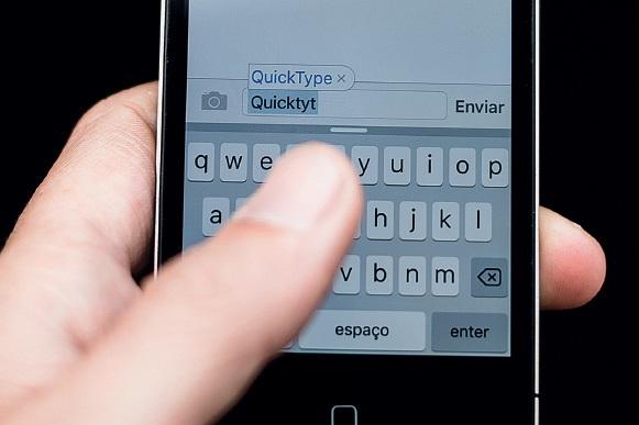 Textos automáticos produzidos sem dor num telemóvel perto de si: como brincar e escrever sem ter trabalho