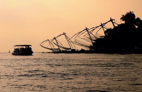 o canal Vembanad, à vista das redes chinesas da ilha de Vypin