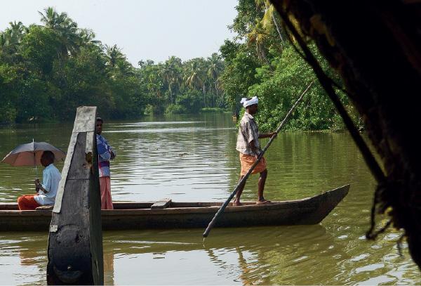 À direita, em baixo, um barco prepara-se para desembarcar passageiros num recanto das