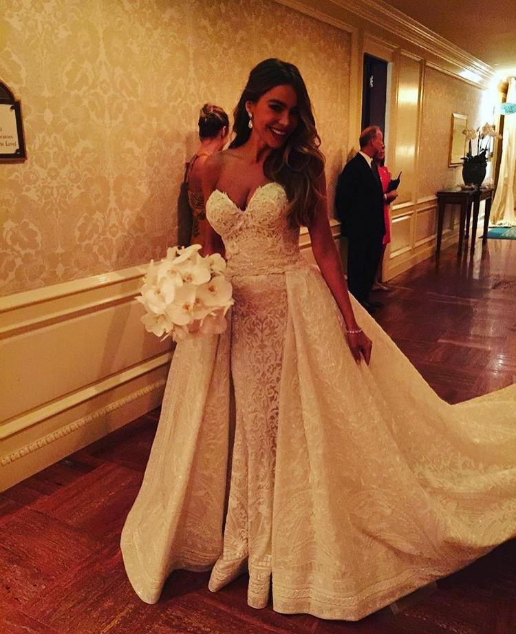 O vestido tem ainda 350 cristais bordados, três quilos de pérolas, cinco quilos de lantejoulas e demorou 1657 horas a fazer
