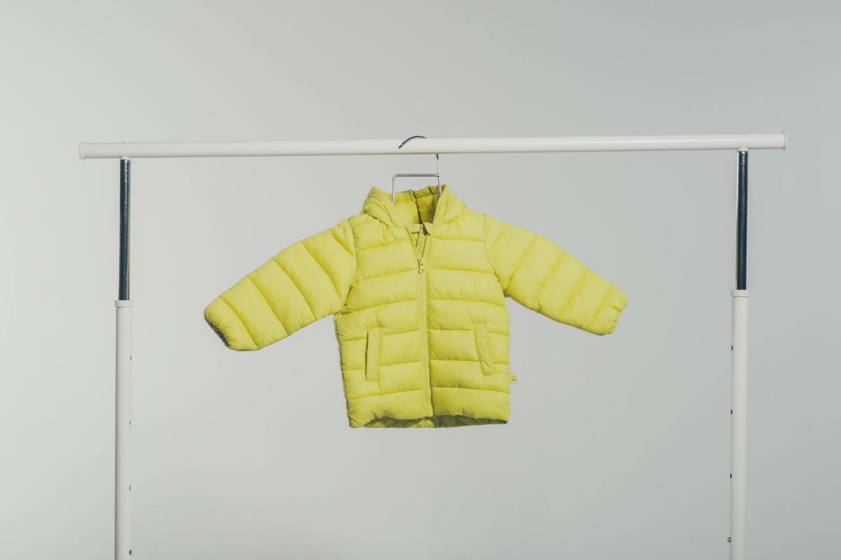 """Um mercado com roupa """"previamente amada"""" para bebés e crianças"""