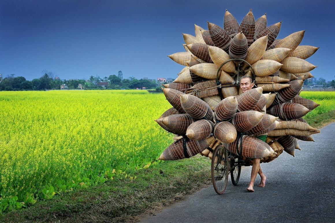 Rostos, Pessoas, Encontros: Menção honrosa para Ly Hoang Long (Vietname). Na imagem: trasportador de armadilhas de bambu para a pesca em Tat Vien, Hung Yen, Vietname