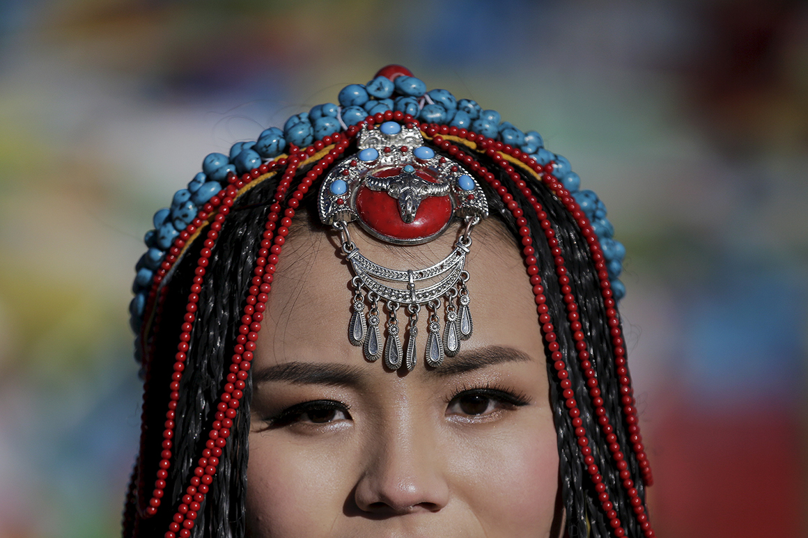 Jing Li veste os trajes tradicionais tibetanos enquanto se prepara para as fotografias do casamento