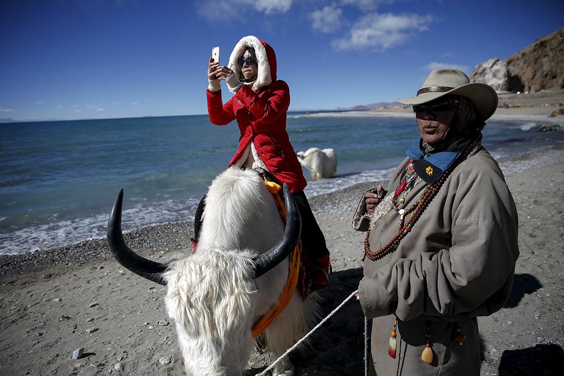 O lago Namtso, a 4718 metros de altitude em relação ao nível do mar é não só o lago de água salgada mais alto mundo como é considerado sagrado, atraindo milhares de devotos e peregrinos