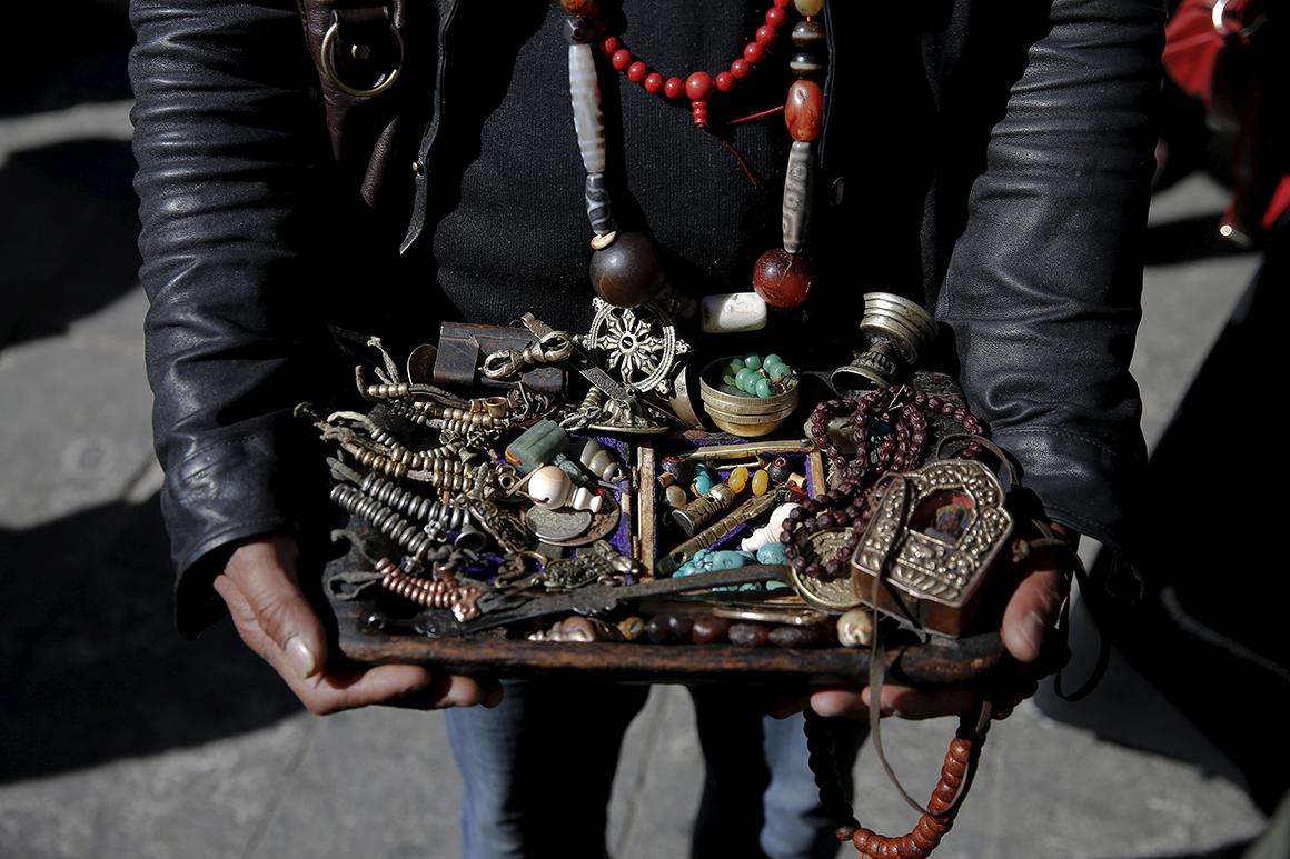 Vendedor de rua na parte antiga de Lhasa