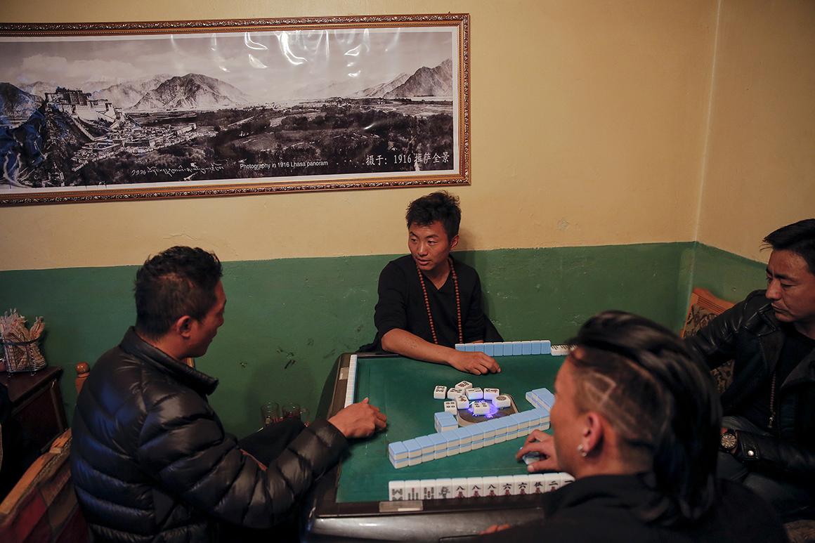 Tibetanos jogam mahjong dentro de uma loja na parte antiga de Lhasa
