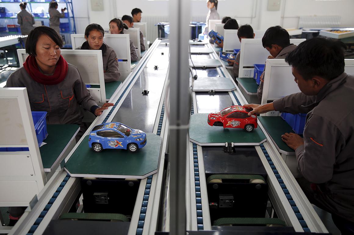 Alunos de uma escola profissional trabalham numa linha de montagem de automóveis improvisada enquanto um grupo de jornalistas estrangeiros faz uma visita organizada pelo governo em Lhasa