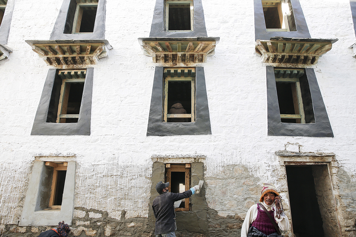 Um mosteiro é reconstruído no centro de Lhasa