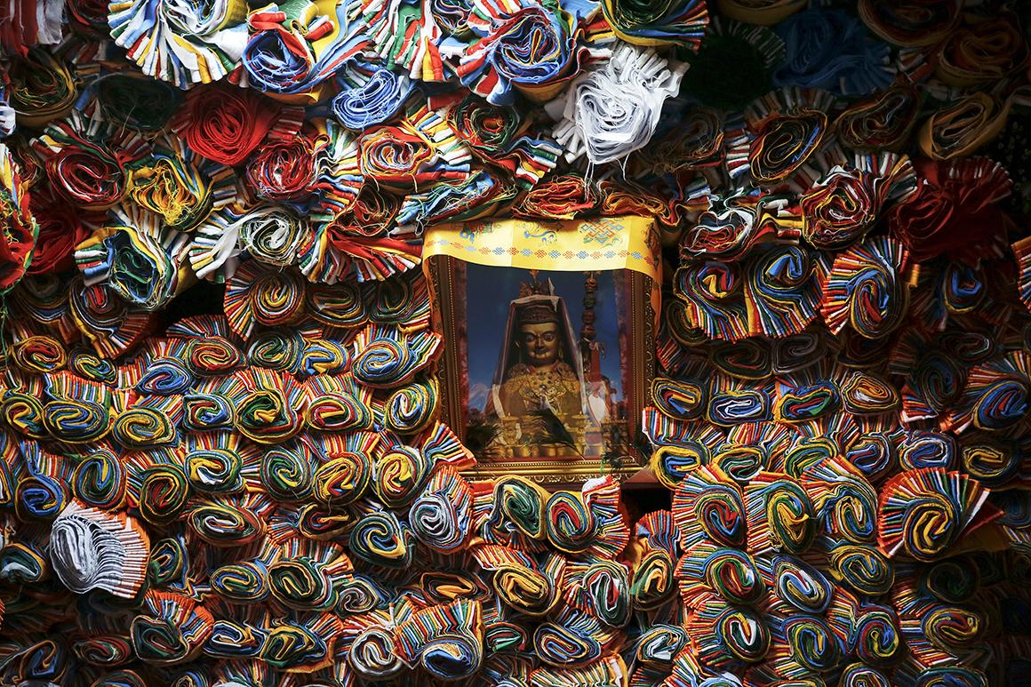 Bandeiras tibetanas de oração vendidas numa loja na antiga parte de Lhasa