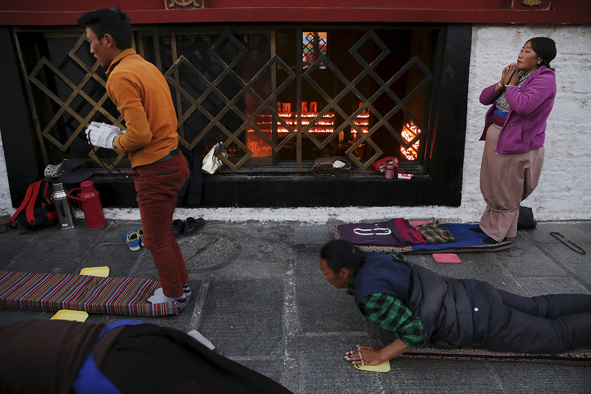 Peregrinos oram junto ao Templo de Jokhang, no centro de Lhasa, ao nascer do sol