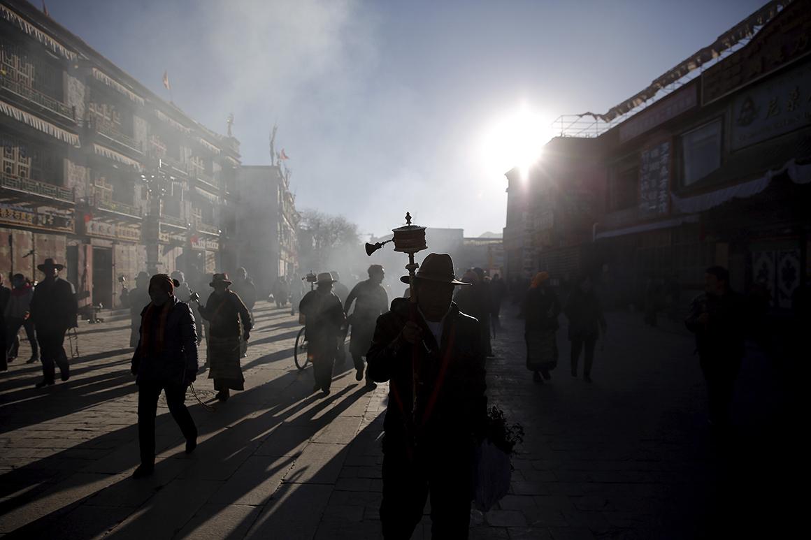 Dezenas de peregrinos dirigem-se para o Templo de Joklang ao nascer do sol