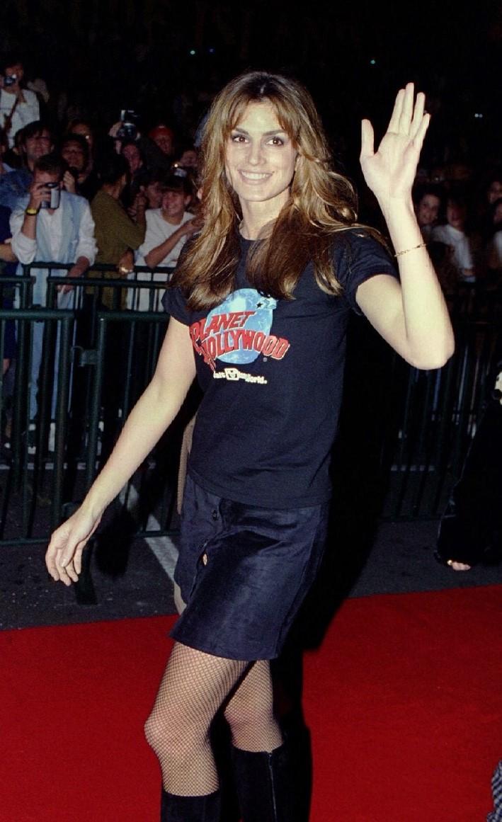 Cindy Crawford na inauguração do restaurante Planet Hollywood, em 1994