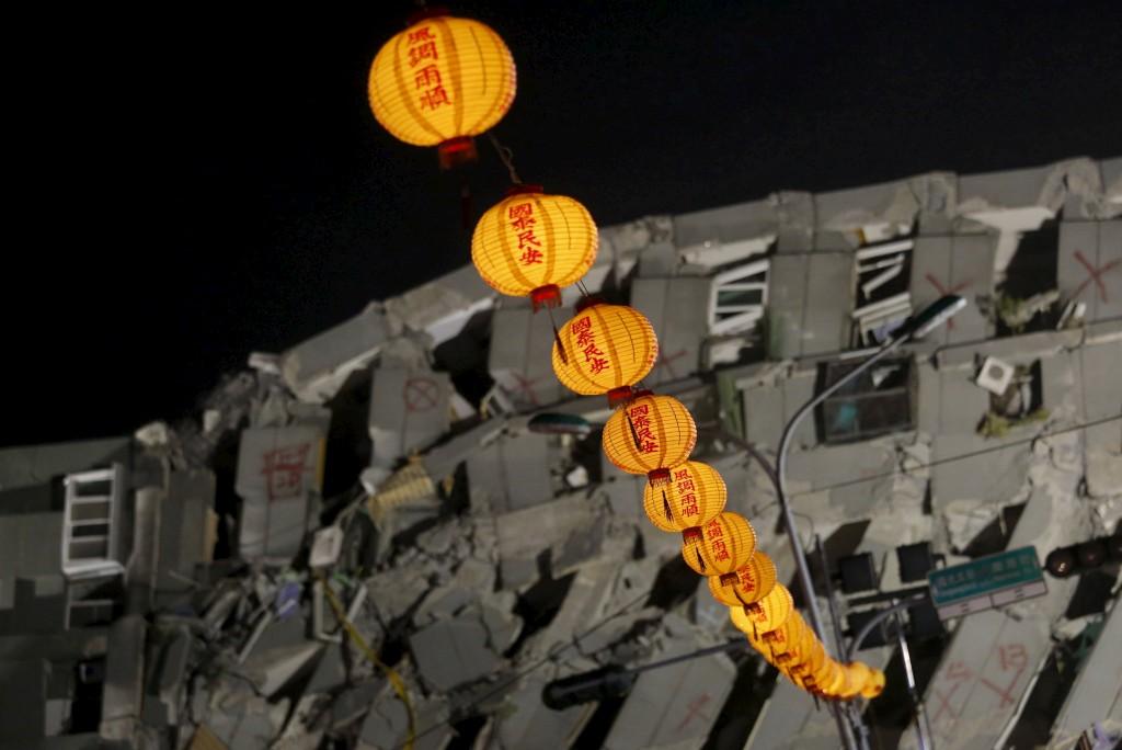 Lanternas junto ao prédio que desabou após um terramoto, no primeiro dia do Ano Novo Lunar chinês em Tainan, sul de Taiwan