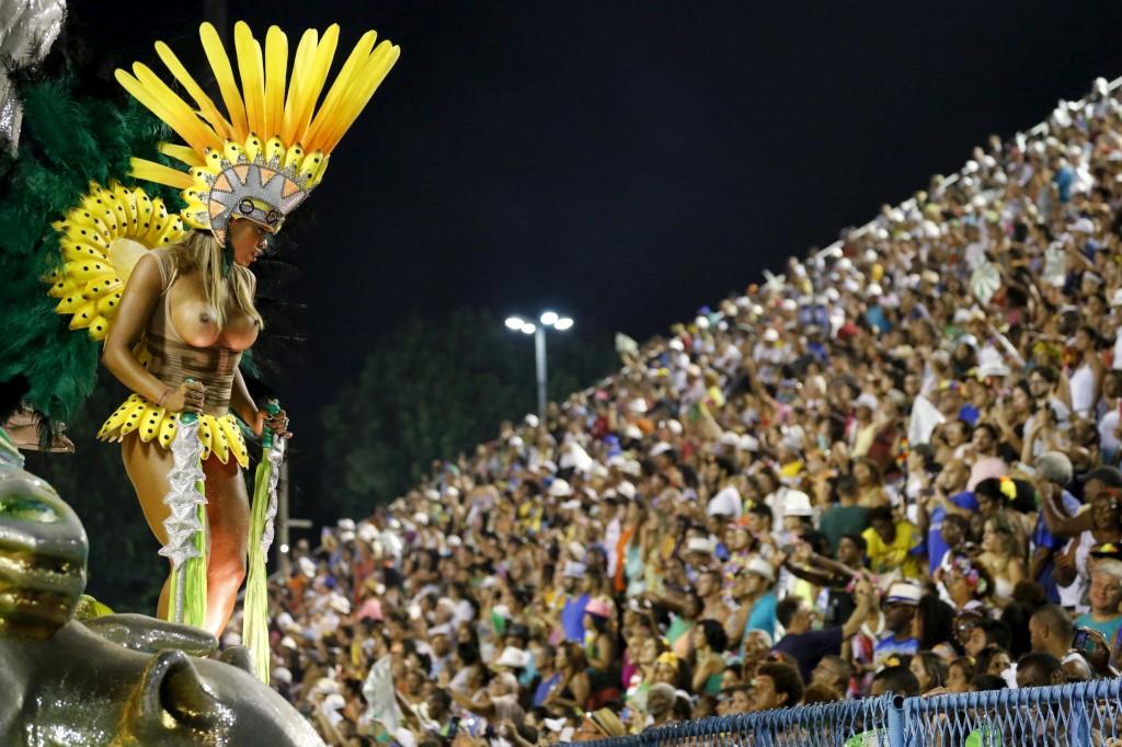 Foliões da escola Mocidade durante o desfile de carnaval no Sambódromo, Rio de Janeiro