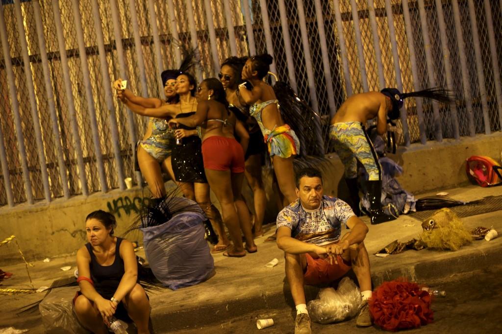 Foliões da escola de samba Estácio de Sá após o desfile no carnaval  Rio de Janeiro