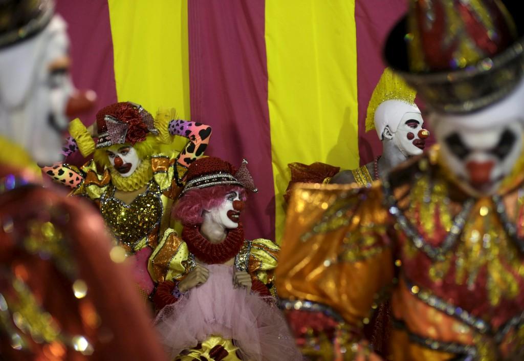 Foliões da escola de samba São Clemente