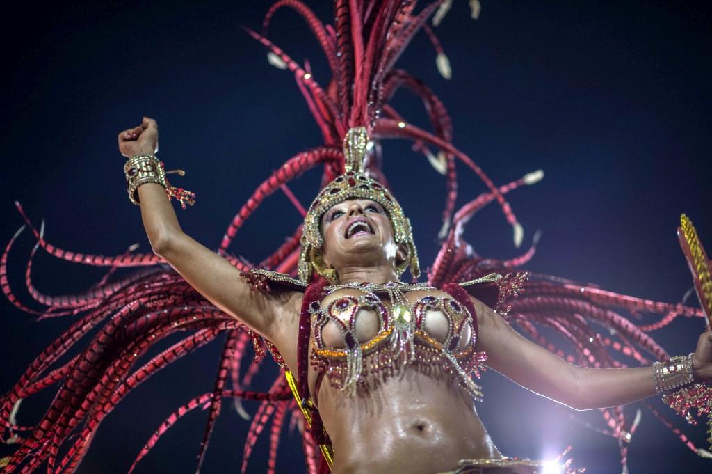 Foliões da escola de samba Beija Flor durante o desfile