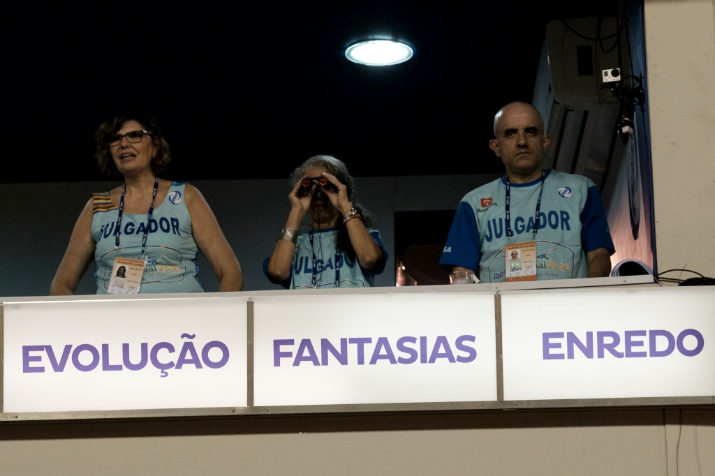 Juízes avaliam o desempenho dos foliôes e das escolas de samba, Rio de Janeiro, Brasil,