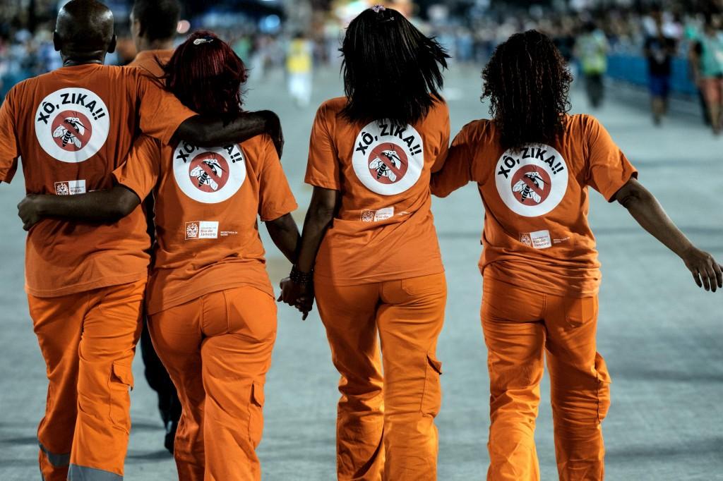 Funcionários da limpeza com camisolas sobre o virus Zika durante o desfile de Carnaval