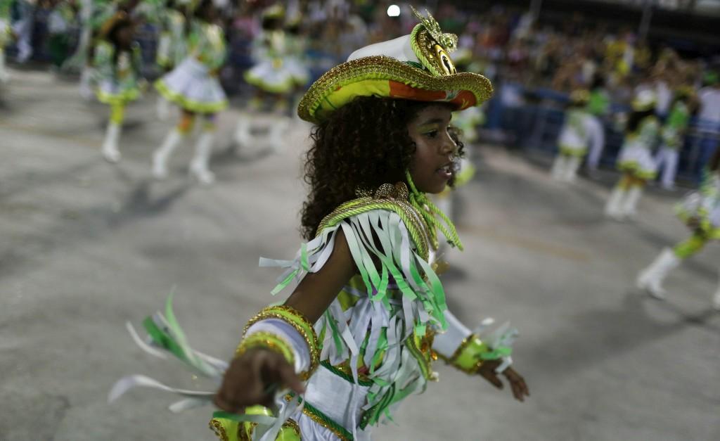 A escola de samba Imperatriz desfila no sambódromo