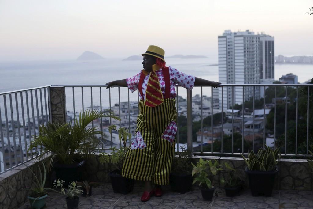 Vania Regina posa para uma fotografia na sua casa na favela Babilonia antes de ir para o desfile de carnaval no Sambódromo com a escola de samba São Clemente, no Rio de Janeiro