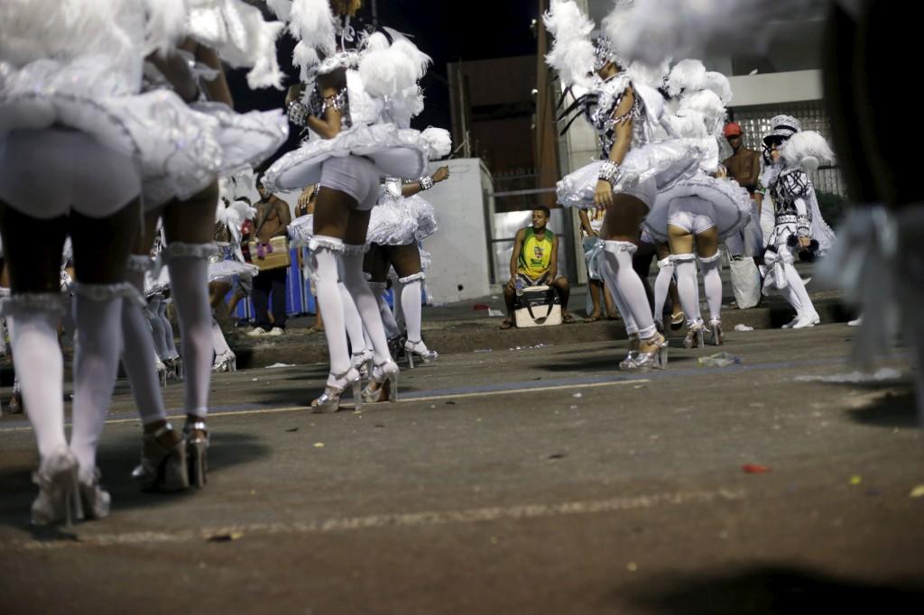Foliões da escola de samba São Clemente durante o desfile de carnaval no Sambódromo, Rio de Janeiro