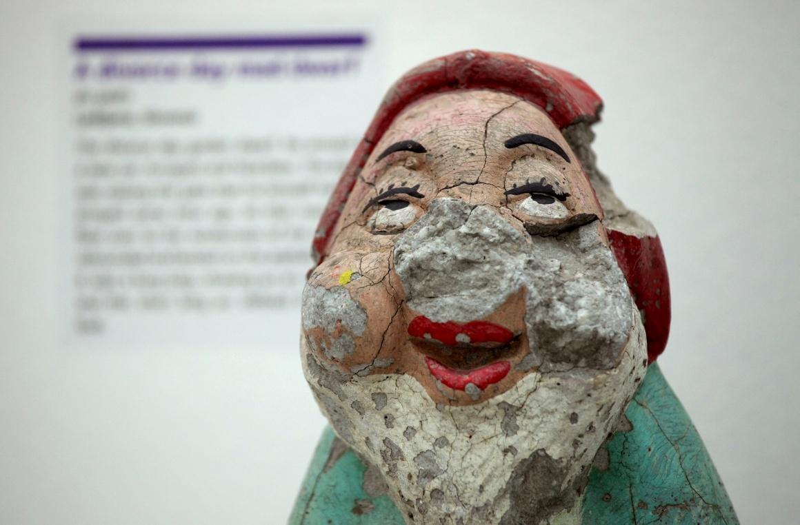 No museu, em Zagreb, um gnomo com duas décadas de Liubliana, Eslovénia. O boneco sofreu ao ser atirado pelos ares por um dos conjugues contra o carro do outro no dia do divórcio...