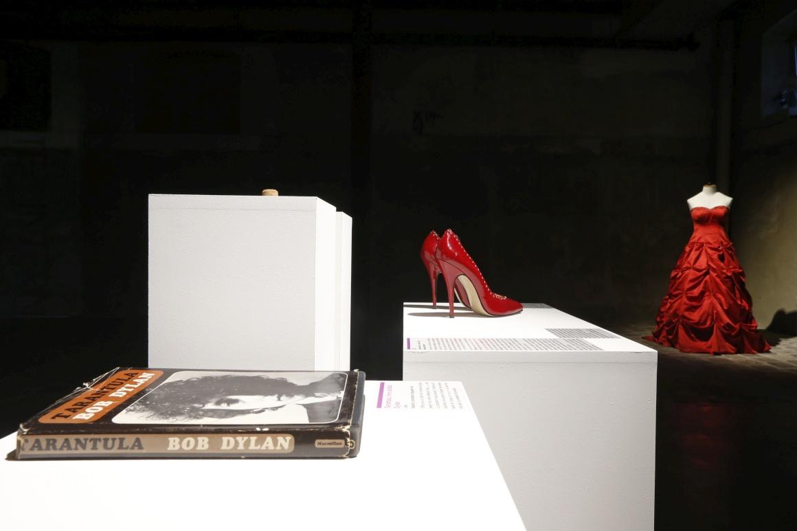 Entre os artigos, um livro de poesia de Bob Dylan, sapatos de salto alto e um vestido de casamento vermelho. Nada disto correu bem.. Em Paris.