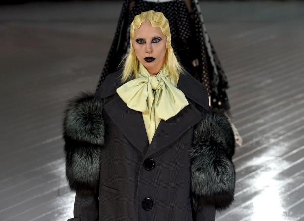 Irreconhecível, Lady Gaga desfila para Marc Jacobs