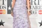A cantora Rihanna num vestido Armani Prive