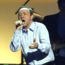 Em 2001, a cantar Mind Games no Radio City Music Hall, em Nova Iorque
