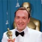 Com o Óscar de Melhor Actor Secundário, em Março de 1996, pelo desempenho no filme Os Suspeitos do Costume (de Bryan Singer, 1995)