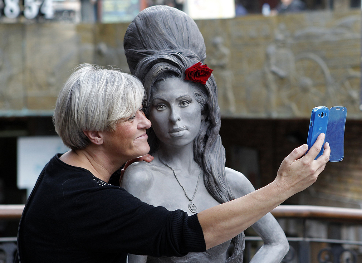 Estátua de bronze em homenagem a Amy Winehouse em Camden, Londres