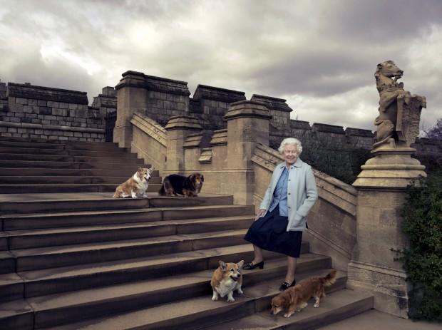 Para o aniversário, o Palácio de Buckingham encomendou à fotógrafa Annie Leibovitz três novos retratos. Aqui, com os seus quatro cães: Willow, Vulcan, Holy e Candy