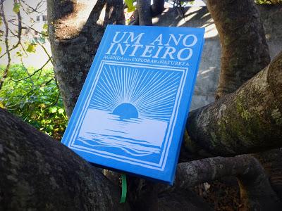 Um livro de aventuras para todas as semanas do ano e para todos os anos da vida que se pode levar para toda a parte e ler de uma só assentada