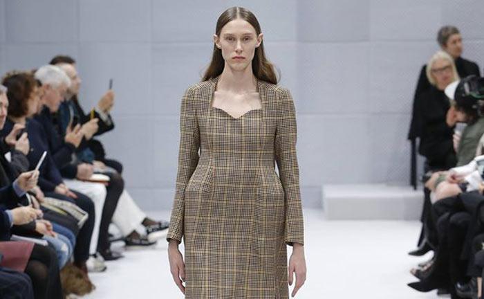 Demna Gvasalia apresentou a sua primeira colecção de pronto-a-vestir feminino na Balenciaga em Março, em Paris