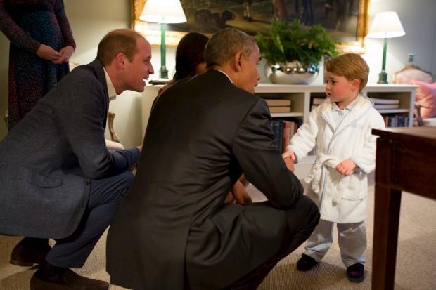 De robe, George deitou-se mais tarde para conhecer o Presidente norte-americano