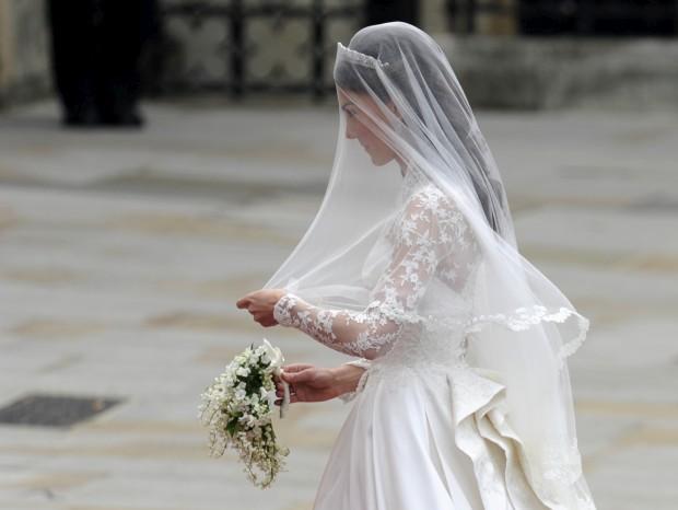 Designer acusa Sarah Burton, da Alexander McQueen, de copiar vestido de noiva de Kate Middleton