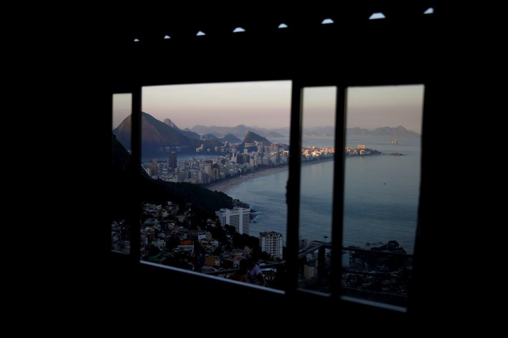 A praia de Ipanema vista através de uma janela no hostel  Alto Vidigal inn  na favela Vidigal