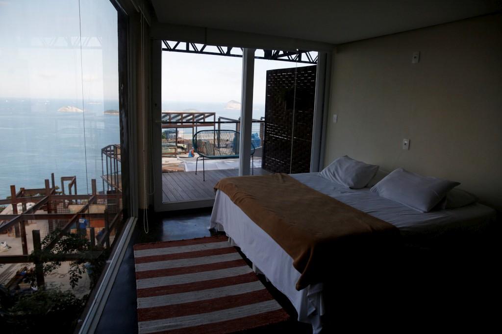 Uma suite no albergue Mirante do Arvrao  na favela Vidigal
