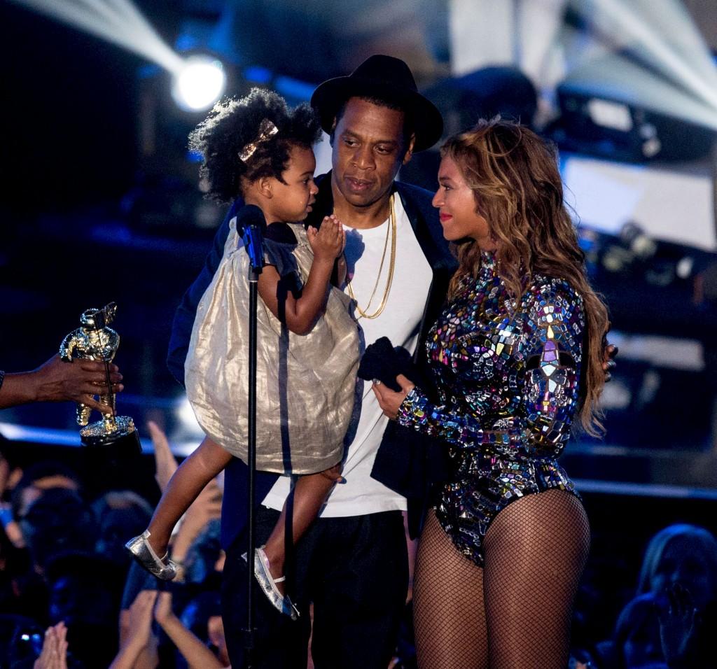 A cantora Beyoncé com o marido, Jay-Z, e a filha, Blue Ivy, no palco dos prémios MTV de 2014