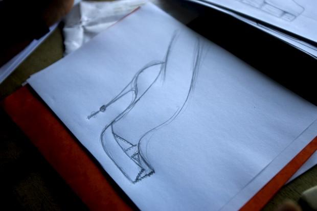 Um esboço de um sapato feito por Louboutin