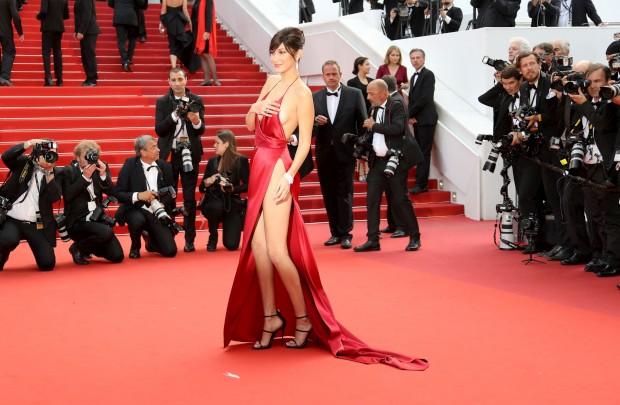 O vestido arrojado de Bella Hadid surpreendeu Cannes