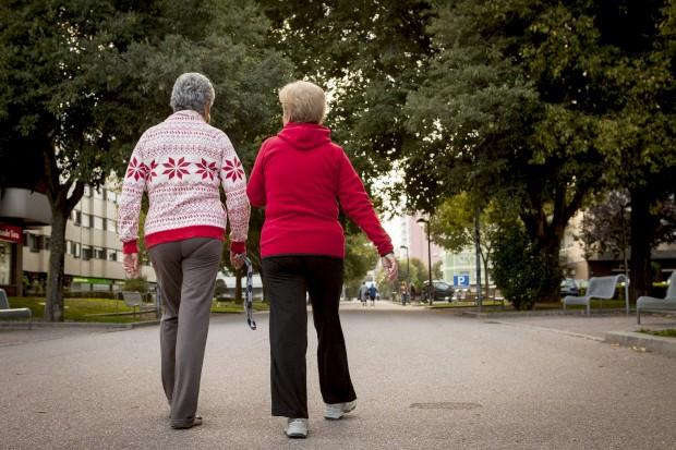 Mulheres vivem quase mais seis anos que os homens, mas diferença tem-se esbatido
