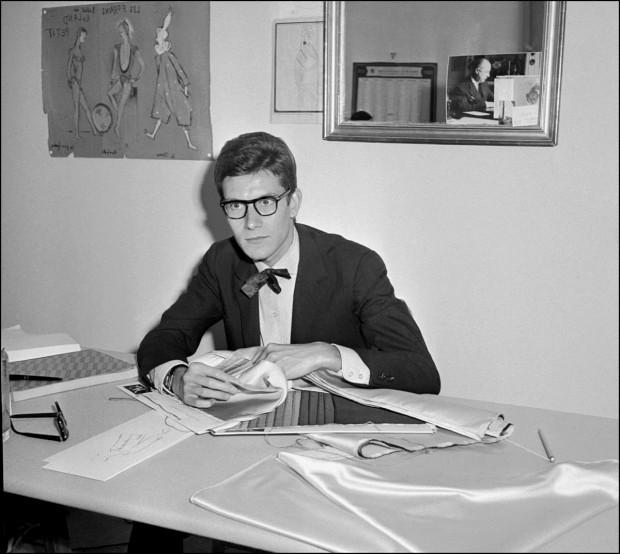 Yves Saint Laurent no seu atelier, em Setembro de 1961